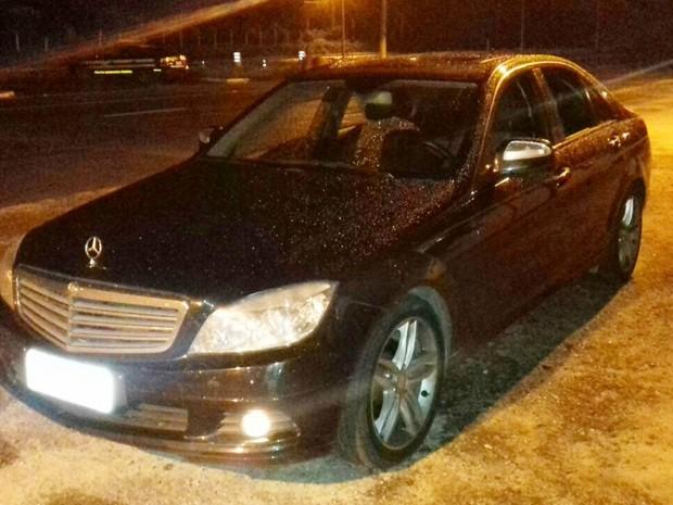 Mercedes Benz foi apreendida com quadrilha suspeita de estelionato em Alhandra, na noite de segunda-feira (2) (Foto: Divulgação/PRF-PB)