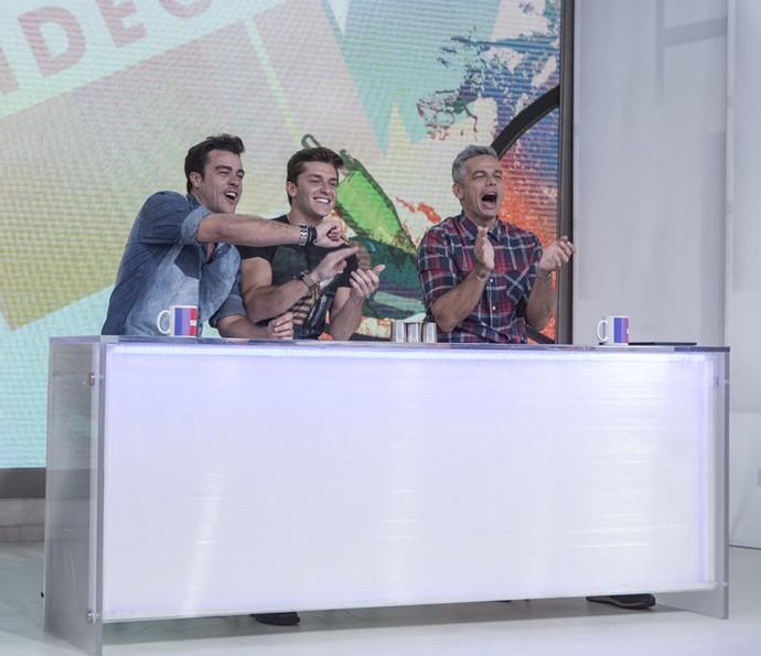 Klébber Toledo ouve brincadeiras de Otaviano Costa e Joaquim Lopes (Foto: Fábio Rocha / Gshow)
