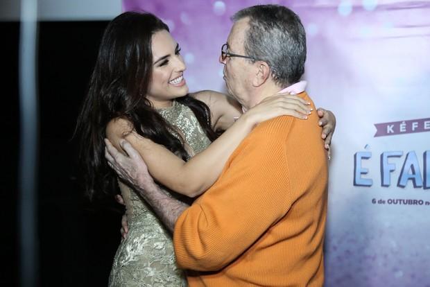 Kéfera abraça Daniel Filho em lançamento de filme (Foto: Roberto Filho / Brazil News)