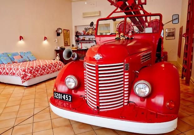 Quarto com caminhão de bombeiro na Austrália (Foto: Reprodução/Airbnb)