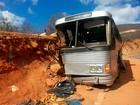 Ônibus com 48 a bordo bate em barranco e uma pessoa morre na BA