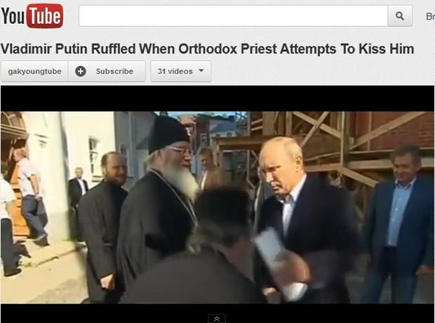 Um dos padres da Igreja Ortodoxa Russa se abaixa para beijar a mão do presidente Vladimir Putin (Foto: Reprodução / YouTube)