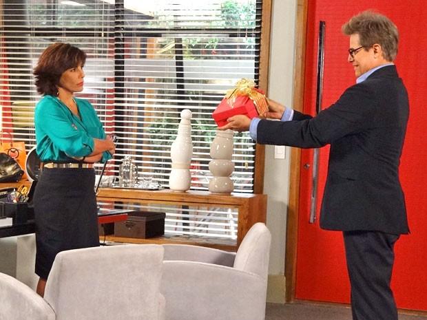 Roberta recebe bombons de Felipe. Pela cara da empresária, parece que a ideia não foi muito boa (Foto: Guerra dos Sexos / TV Globo)