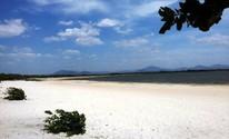 Com um cenário cinematográfico, o lago é formado por areias brancas e finas (Neidiana Oliveira/G1)