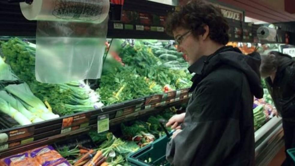 Robert fazendo compras: ele ainda mora com os pais, mas sonha em morar sozinho (Foto: Wizard Mode)