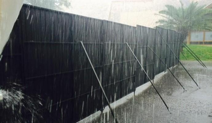 Brete montado para separar a torcida gremista da colorada: muita chuva em Porto Alegre (Foto: Tomás Hammes/GloboEsporte.com)