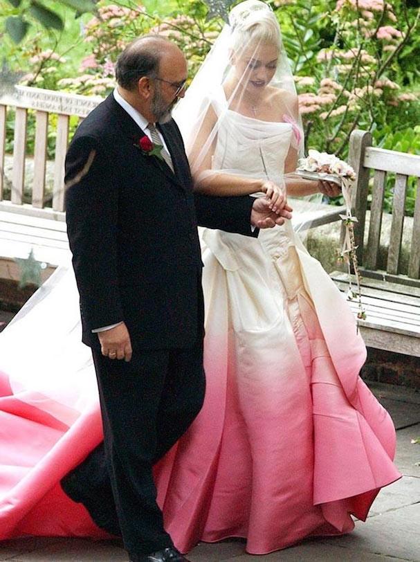 Gwen Stefani escolheu um modelo tingido de rosa de John Galliano (Foto: Reprodução)