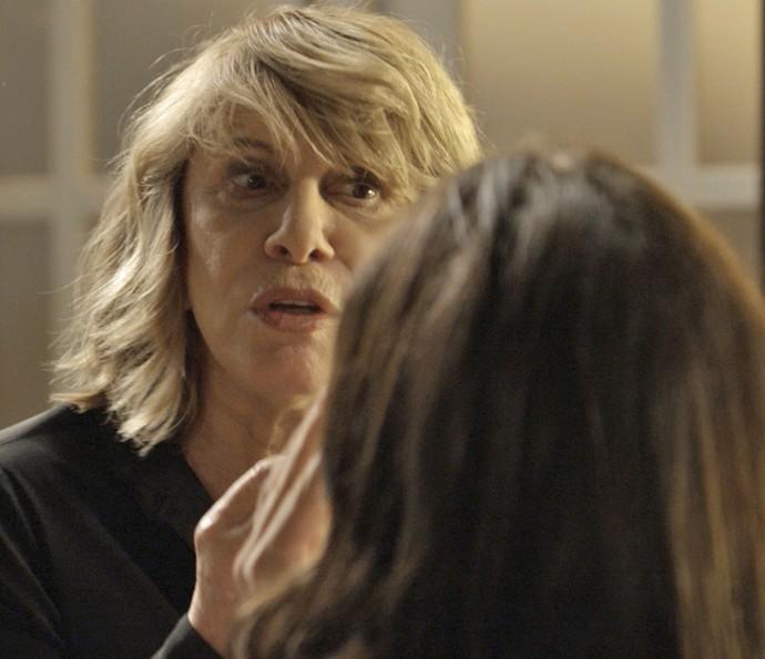 Nora tenta ajudar Nelita e afasta a filha de Gibson (Foto: TV Globo)