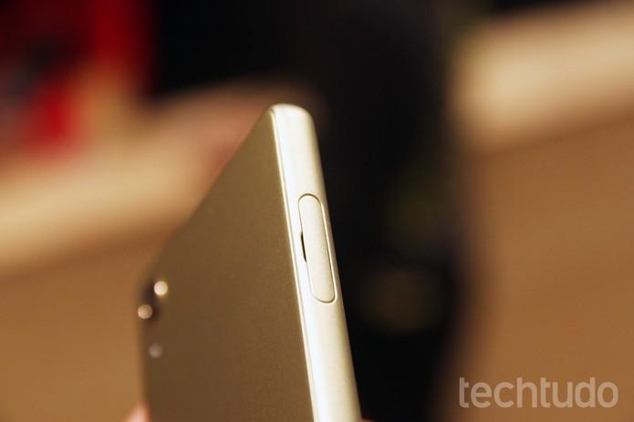 Lateral do Xperia X, smartphone da Sony (Foto: Fabrício Vitorino/TechTudo)