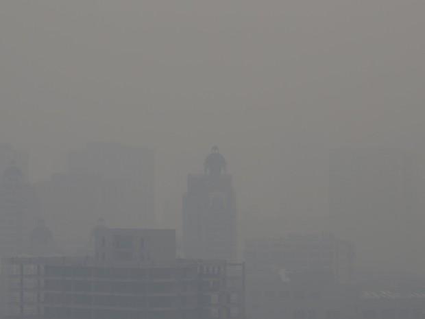 Prédios são vistos em meio a poluição em Pequim, na China, nesta segunda-feira (7) (Foto: Jason Lee/Reuters)
