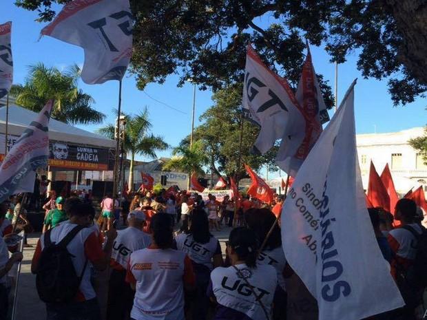 Concentração está sendo realizada na Praça General Vadadão (Foto: Tassio Andrade/G1)