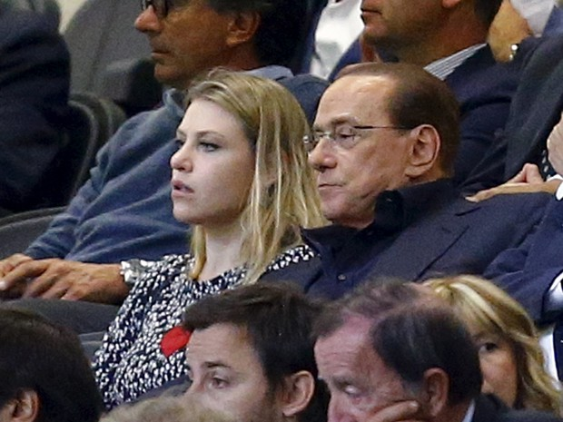 Ao lado da filha Barbara, Silvio Berlusconi assiste ao jogo entre Milan e Palermo, no estádio San Siro, em Milão, no dia 19 de setembro (Foto: Reuters/Stefano Rellandini)