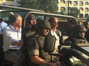 Secretaria de Segurança José Mariano Beltrame e o Governador Luis Fernando Pezão no Conjunto de Favelas da Maré nesta sexta-feira (2) (Foto: Daniel Silveira/G1)