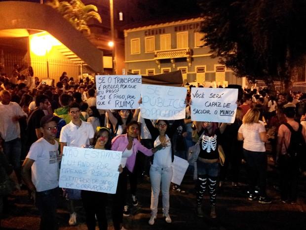Público vaiou o poder legislativo em frente à Câmara Municipal de Varginha (Foto: Samantha Silva / G1)