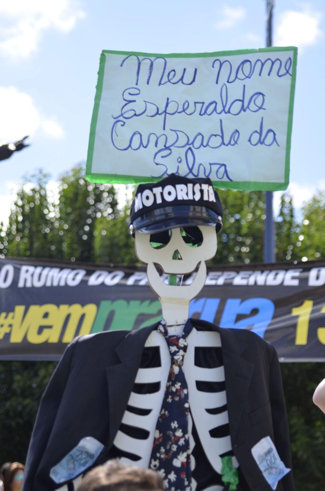 Manifestantes levaram esqueleto para protesto em Lages  (Foto: Fom Conradi/Divulgação)