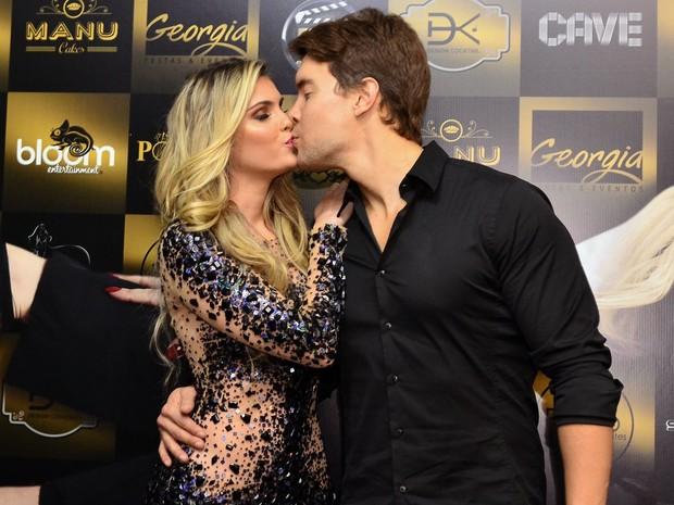 Bárbara Evans e Antonio Villarejo se beijam (Foto: Roberto Teixeira/EGO)