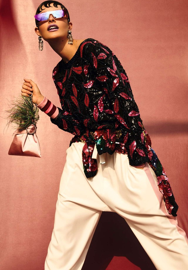 Moletom de paetês e casaco amarrado na cintura, a partir de R$ 2.900, ambos Nosf; calça, R$ 1.300, João Pimenta. Óculos, R$ 3.900, Christian Dior; bolsa, R$ 579, Alexandre Pavão; brincos, R$ 898, Lool; munhequeiras, Memo (Foto: Rafael Pavarotti)