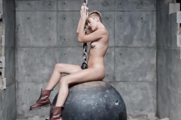 Miley Cyrus provou que cresceu com o clipe de 'Wrecking Ball'. Famosa pela série infantil Hannah Montana, a cantora apareceu nua em cima de uma bola de destruição (Foto: Reprodução)