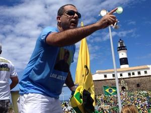 Cesar Leite, representante do Movimentos Vem pra Rua e da Ordem dos Médicos, em manifestação contra o governo Dilma, em salvador. Bahia (Foto: Henrique Mendes/ G1)