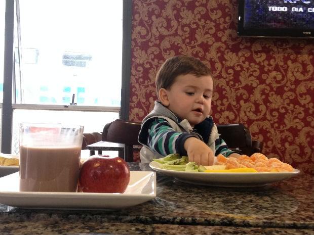 Lucas, de um ano e meio, não gosta de tangeria, porém, foi a primeira fruta que ele escolheu no prato montado de maneira divertida (Foto: Thais Kaniak / G1PR)