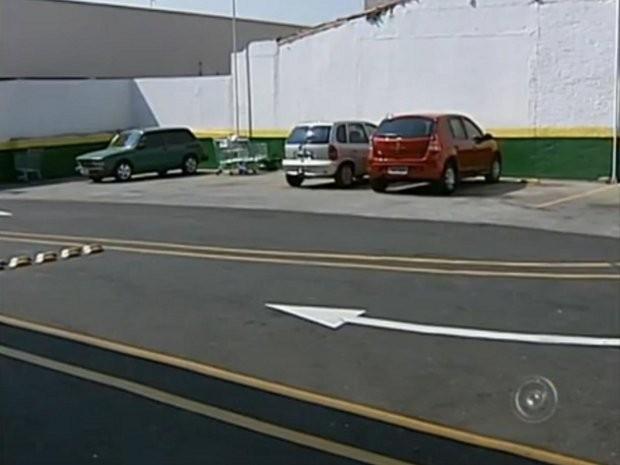 A mulher disse que tentava parar o carro em uma vaga no estacionamento quando outro motorista chegou e ocupou o lugar (Foto: Reprodução / TV Tem)