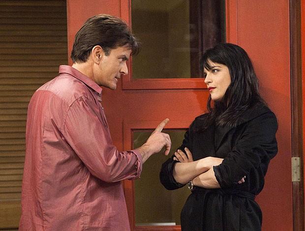 """Charlie Sheen e Selma Blair em cena de """"Anger Management', novo trabalho do ator após sair de 'Two and a half man'; programa estrou com recorde na tevê americana (Foto: Adam Rose/FX/AP)"""