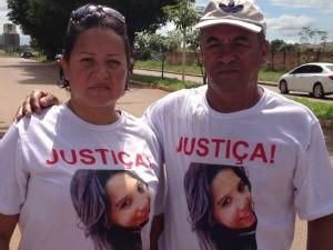 Pais da adolescente Raissa, assassinada pelo ex-namorado, também participaram da caminhada (Foto: Vanessa Vasconcelos/G1)