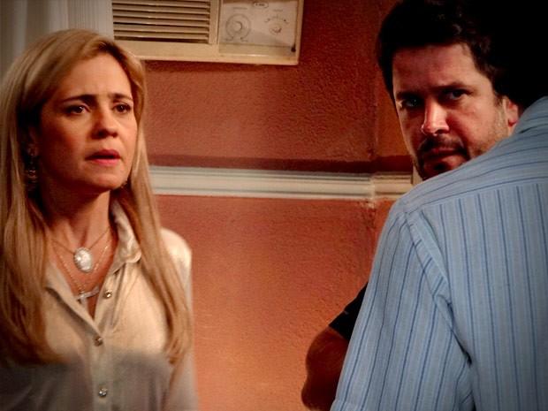Filho de Neide conta que a loira já foi prostituta (Foto: Avenida Brasil / TV Globo)