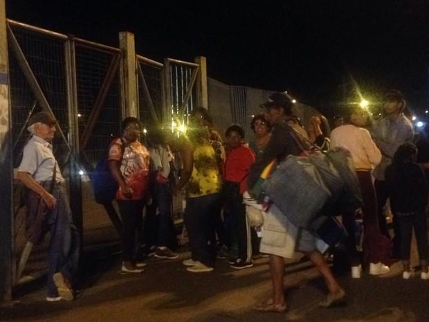 Público encontrou portão do Complexo Cultural do Porto Seco fechado (Foto: Roberta Salinet/RBS TV)