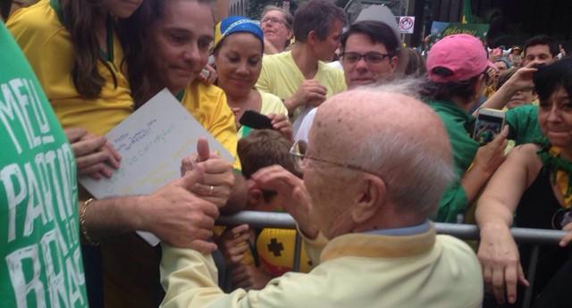 Hélio Bicudo com manifestantes contra o governo Dilma, na Avenida Paulista (Foto: Thaís Lazzeri)