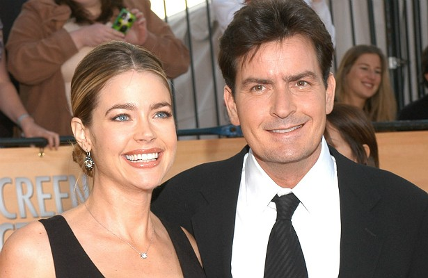 Quando se casou, em 2002, com o fanfarrão Charlie Sheen, a atriz Denise Richards foi esperta e fez questão de incluir uma cláusula anti-traição no acordo pré-nupcial. Caso ela o pegasse a traindo e pudesse provar a infidelidade, deveria receber do ator 4 milhões de dólares. Os dois se divorciaram em 2006. (Foto: Getty Images)