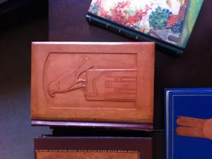 Trabalho de encadernação artística feito pela restauradora Eleonir Fróes. Um livro pode demorar alguns meses até ficar completamente novo. Trabalho depende do estado de conservação da obra (Foto: Daniel Bittencourt/G1 RS)