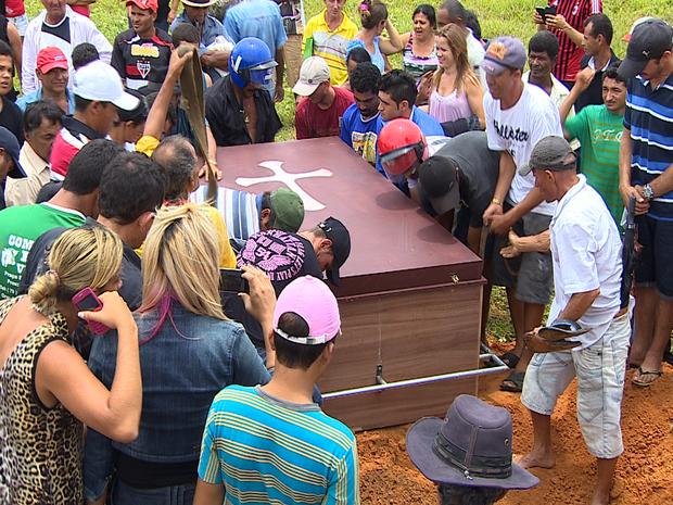 Familiares e amigos se despedem de Lucivaldo (Foto: TV Sergipe/Reprodução)