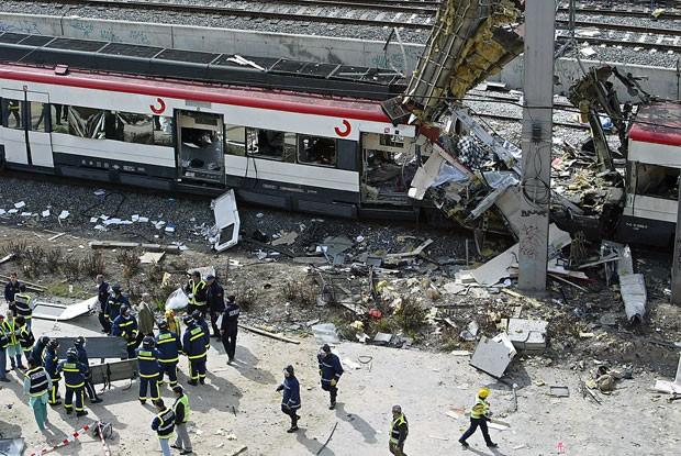 Foto tirada em 11 de março de 2004 mostra equipes de resgate trabalhando no local de uma das explosões dos ataques terroristas que mataram 191 pessoas em Madri (Foto: Arquivo/Christophe Simon/AFP)
