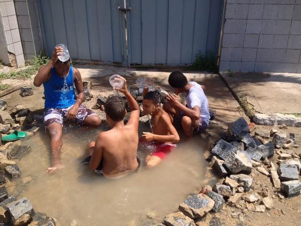 Buraco virou piscina, onde crianças da comunidade brincam (Foto: Kety Marinho / TV Globo)