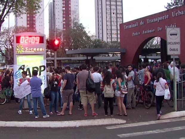 Em Foz do Iguaçu, no oeste, manifestantes se reuniram em frente ao Terminal de Transporte Urbano (Foto: Reprodução/RPC)