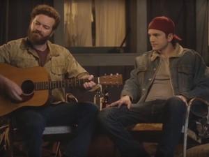 Danny Masterson e Ashton Kutcher dublam Sérgio Reis para divulgar série 'The ranch' (Foto: Divulgação / Netflix)