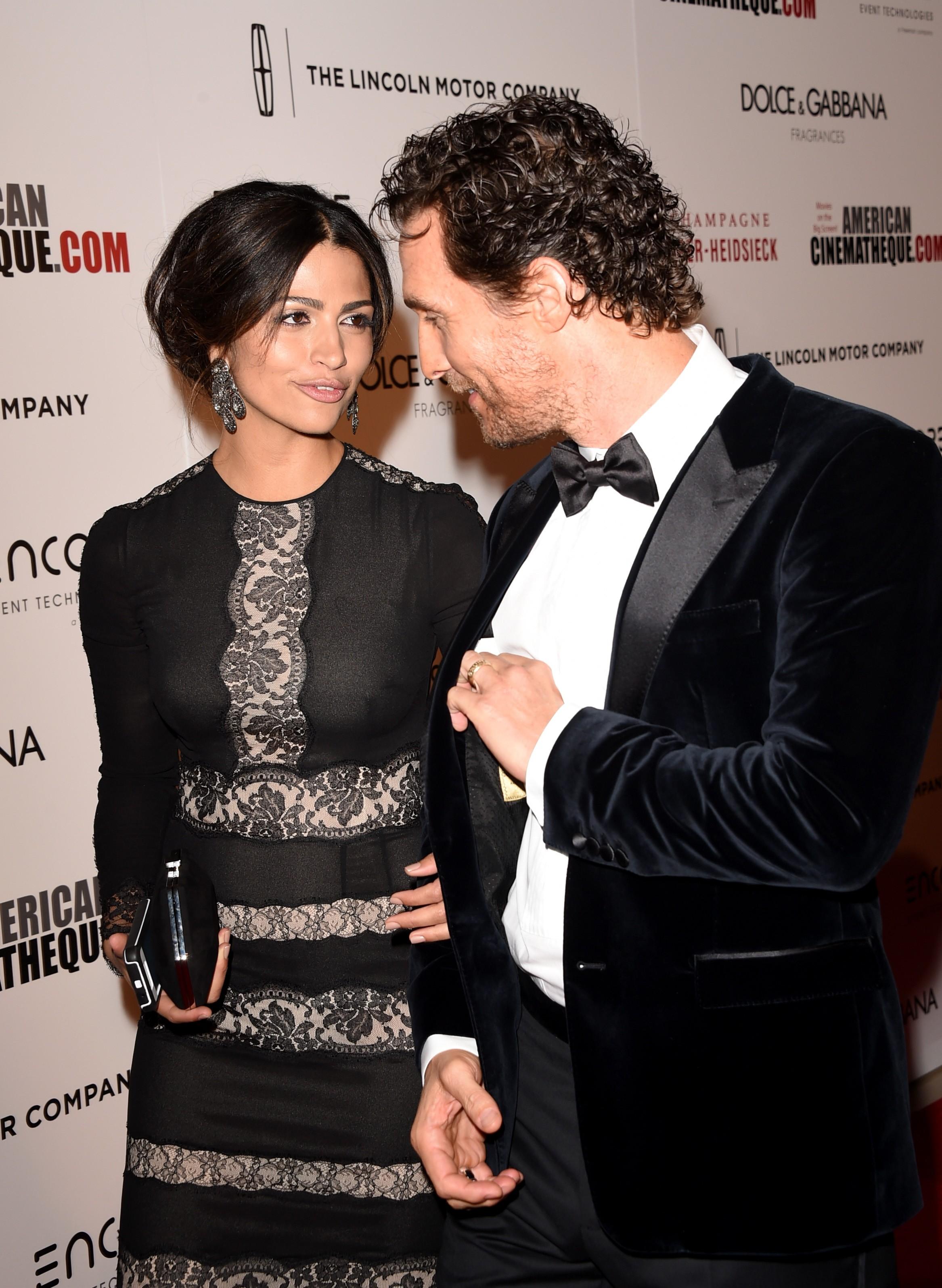 Camila Alves e Matthew McConaughey trocam olhares em premiação