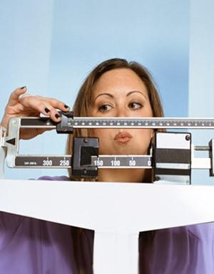 Dia Mundial de Combate a Diabetes mulher se pesando na balana (Foto: Getty Images)