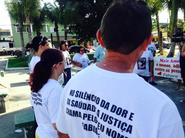 Familiares e amigos se reuníram para lembrar morte de Fabiane (Foto: Adriana Cutino / TV Tribuna)