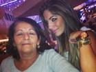 Solteira, Anamara pega cineminha com a mãe