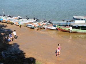 """A travessia para a praia da Ponta, a mais frequentada, é feita em pequenas embarcações chamadas """"voadeiras"""" (Foto: Luciano Ribeiro/ATN)"""