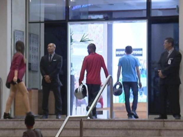 Fiscalização ficará por conta dos seguranças do shopping (Foto: Reprodução / TV TEM)