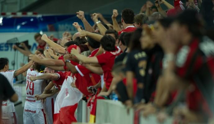 Jogadores do Inter comemoram gol com a torcida (Foto: Alexandre Lops/Inter)