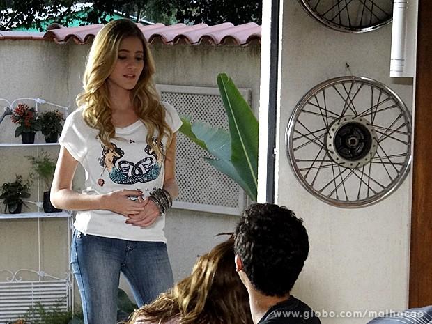 Sofia interrompe a conversa dos dois (Foto: Malhação / TV Globo)