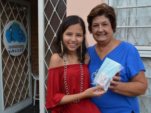 Em visita à instituição de apoio ao câncer em Piracicaba, Carol ganhou presente da madrinha (Foto: Suzana Amyuni/G1)