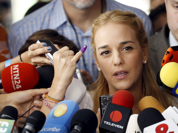 Lilian Tintori, mulher do líder opositor Leopoldo Lopez, fala com a imprensa após votar em Caracas, neste domingo (6) (Foto: REUTERS/Nacho Doce)