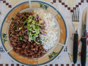Arroz, feijão e carne moída com cenoura preparado por Janaína Rueda (Foto: Rogerio Gomes/Divulgação)