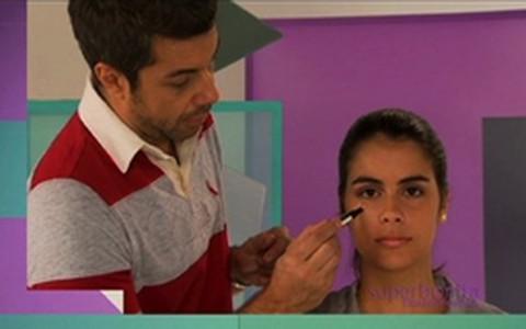 Fernanto Torquatto ensina a disfarçar manchas com maquiagem