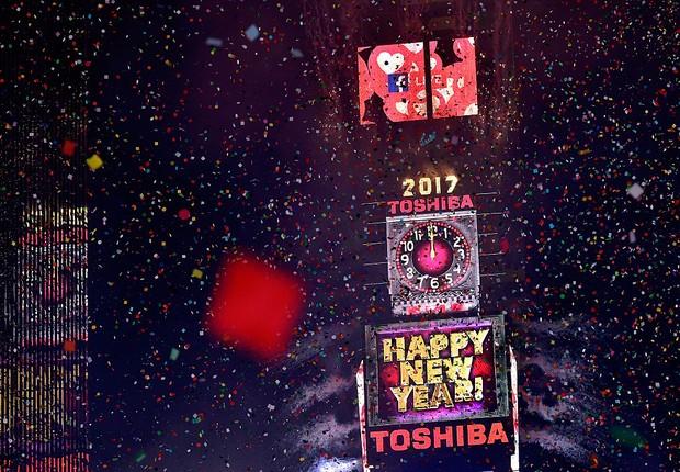 Telões da Toshiba durante a contagem regressiva para o Ano Novo em Times Square, Nova York (Foto: Eugene Gologursky/Getty Images for Toshiba Corporation)
